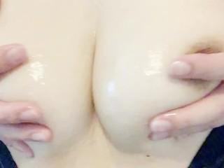エッチなむっちり巨乳の日本人女子、素肌にカーディガンの上からむにゅむにゅおっぱいマッサージと乳首オナニー ローションぬるぬるに興奮してイク 素人個人撮影